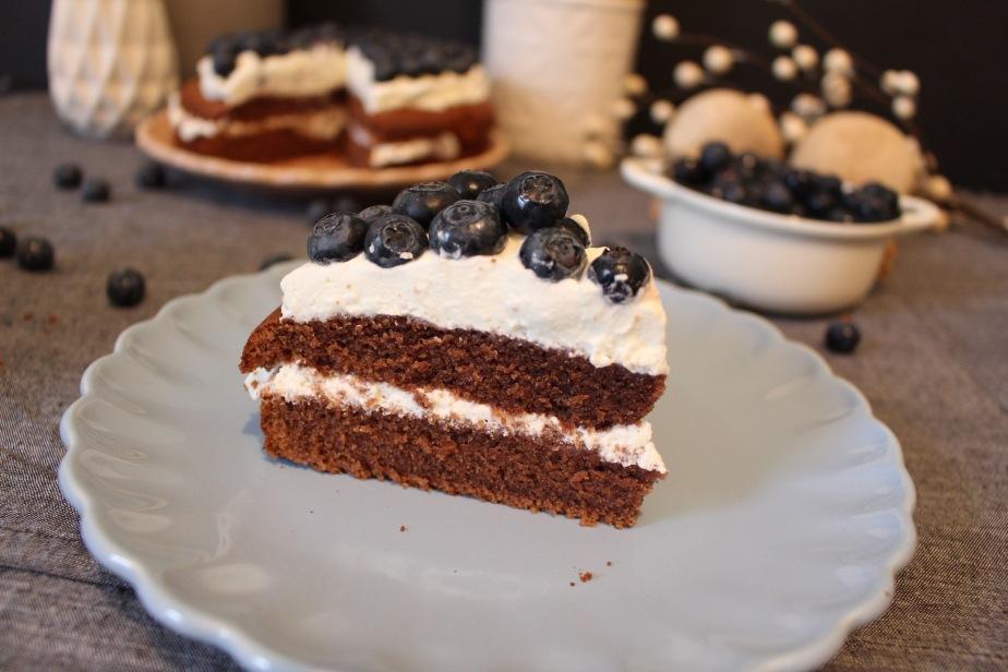 Schoko-Sahne-Torte mit Blaubeeren